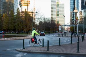 Landesweite Untersuchung zur Sicherheit im Straßenverkehr: In 5 Jahren hat sich die Zahl der Nutzer/-innen von Elektrofahrrädern verdoppelt. Kostenloses Parken in der Nähe von Bahnhöfen ist beliebteste Maßnahme zur Verbesserung der Mobilität