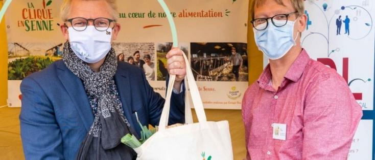 Georges Gilkinet s'est rendu à la gare de Braine-le-Comte pour retirer son panier de « La Clique en Senne » en soutien aux producteurs locaux.